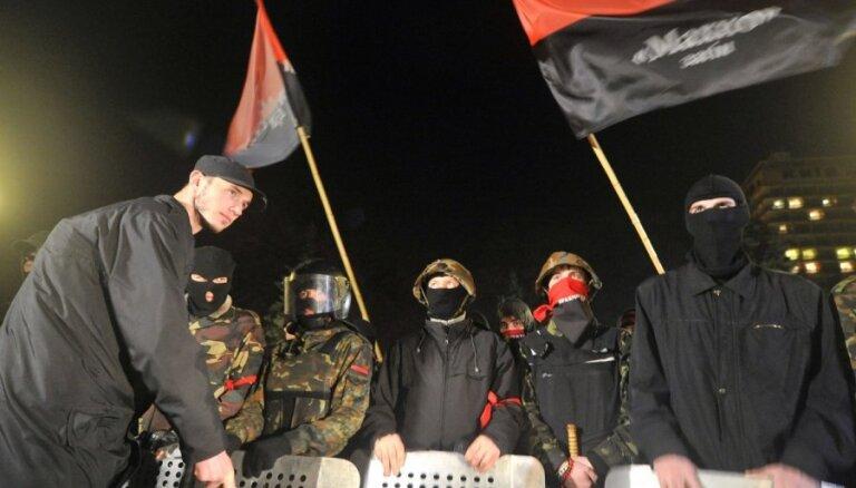 'Labējais sektors' turpinās protestu pie Ukrainas parlamenta ēkas