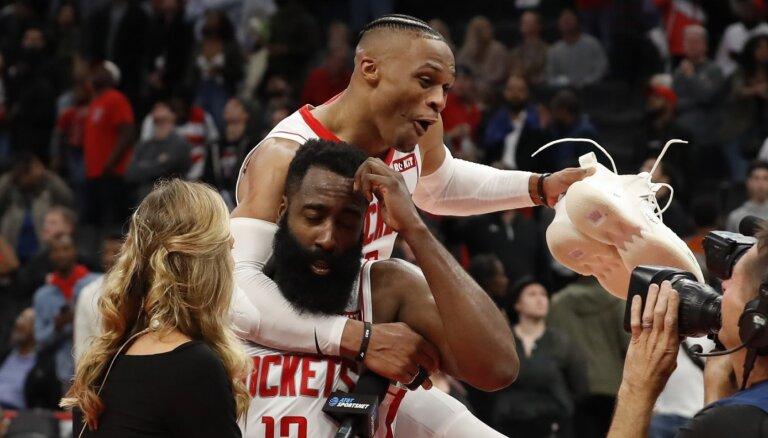 Bertānam 21 punkts; Hārdens ar 59 izrauj uzvaru trešajā rezultatīvākajā spēlē NBA vēsturē