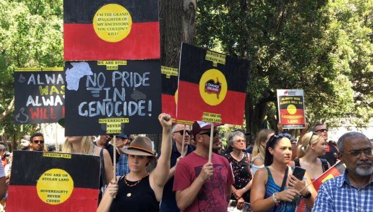 Austrālijā tūkstoši piedalās 'iebrukuma dienas' protesta demonstrācijās
