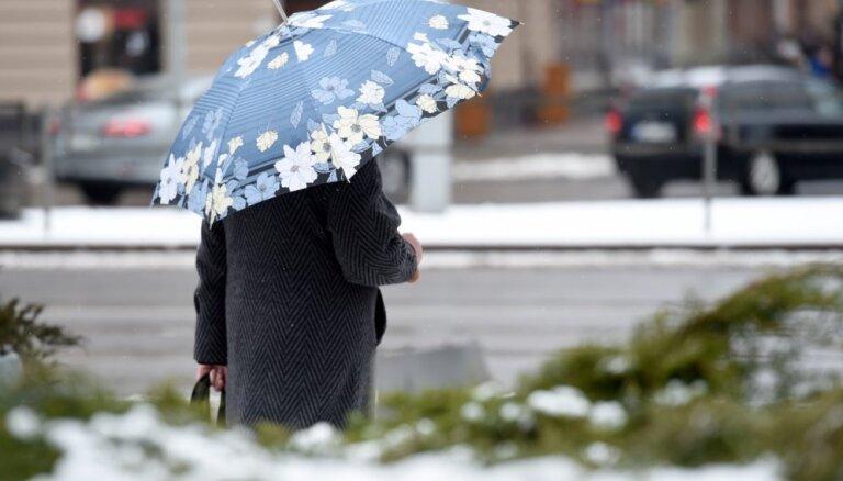 Pirmdien gaidāms mākoņains laiks, daudzviet lietus un slapjš sniegs