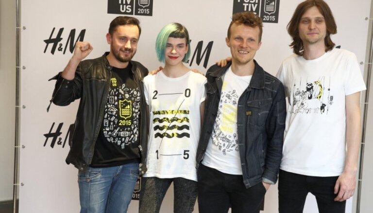 Foto: 'Positivus' komanda prezentē oficiālos festivāla t-kreklus