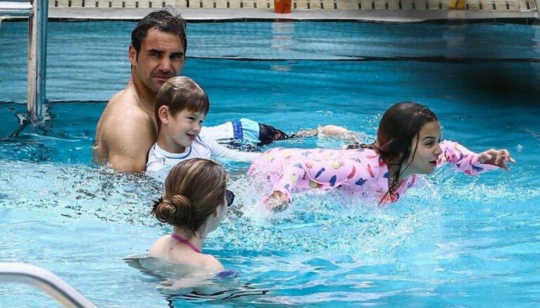 Paparaci foto: Rodžers Federers ar bērniņiem plunčājas baseinā