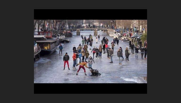 ВИДЕО: В Амстердаме каналы превратились в катки