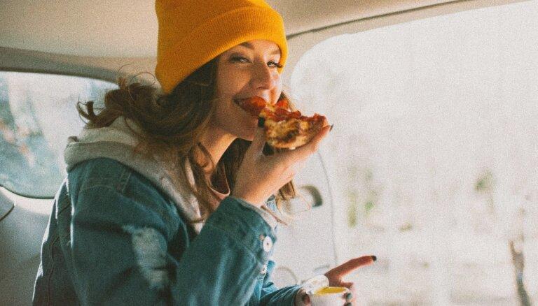 Triki, kas palīdzēs ēst lēnāk un apēst mazāk