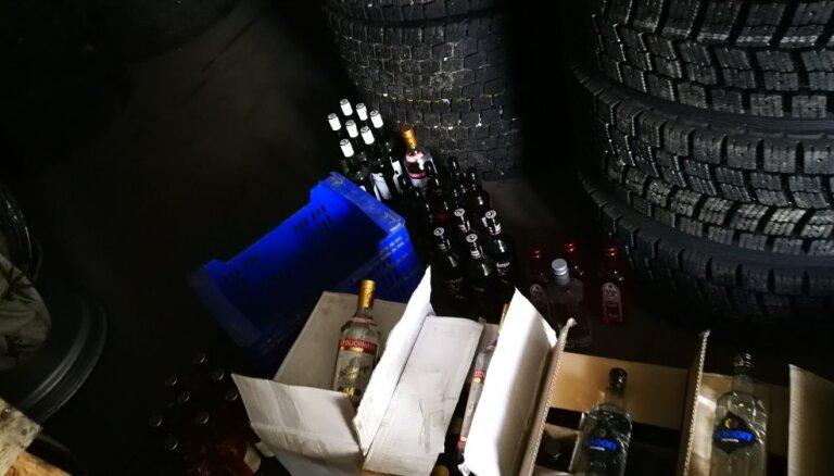 Zemgales policisti uziet divas nelegālo cigarešu un alkohola glabātuves