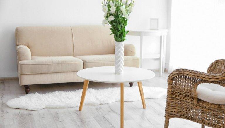 Mazi, bet praktiski – miniatūri galdi nelielām telpām