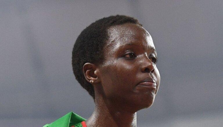 Aizdomās par Kenijas skrējējas slepkavību aizturēts viņas vīrs