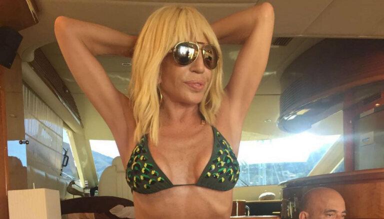 Donatella Versače 61 gada vecumā pozē bikini