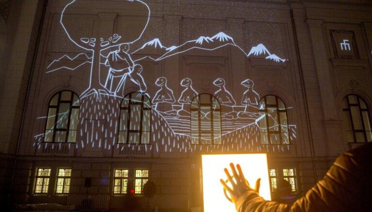 Kur reptiļiem ir vieta? 'Staro Rīga' objekts raisa diskusiju par laikmetīgo mākslu pilsētvidē