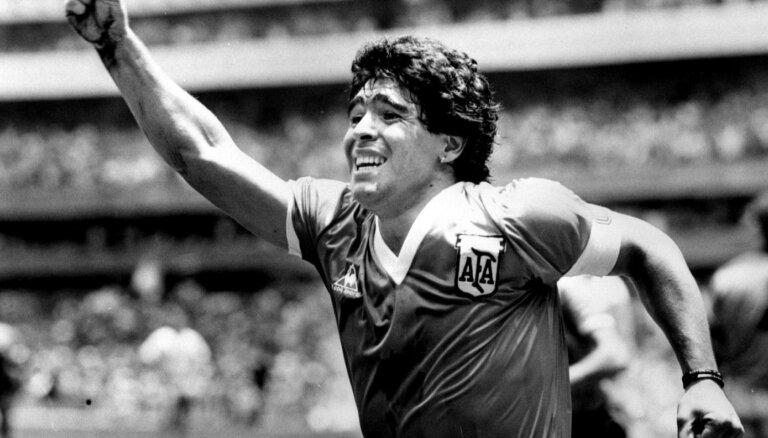 60 gadu vecumā mūžībā aizgājis leģendārais Maradona