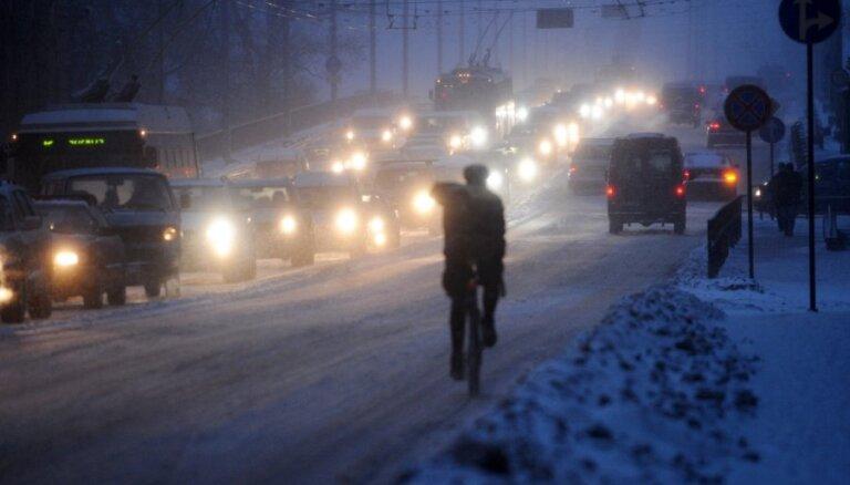 Под Ригой сбит велосипедист, переходивший шоссе: пострадавший скончался