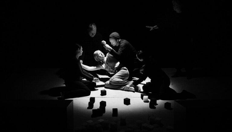 Foto: Pirmizrādi piedzīvojusi Intara Rešetina iestudētā ģimenes drāma 'Aukle'