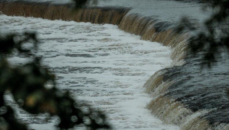 Ventas rumba ir brīva no ledus un vižņu sastrēguma; ūdens līmenis turpina kristies