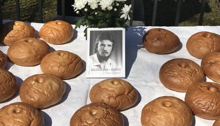 День солидарности безработных. Бард Каспар Димитерс отметил 60-летие хлебом с водой