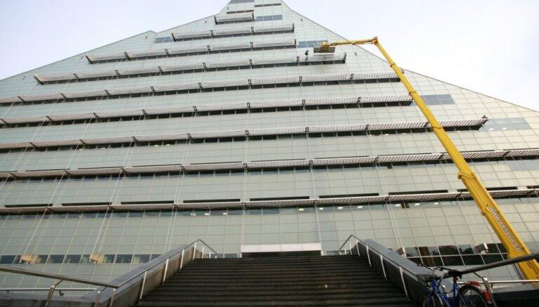 Defekti un nepabeigti darbi Gaismas pilī: būvnieks aizvien nav novērsis 78 trūkumus, norāda bibliotēka