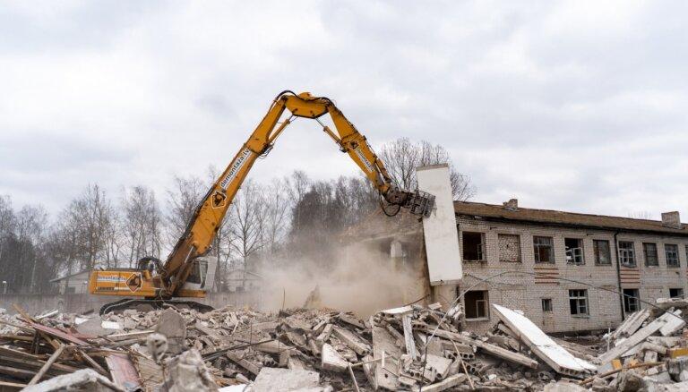 ФОТО: начат демонтаж зданий Шкиротавской тюрьмы под строительство завода Grindeks