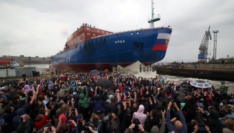 Foto: Krievija ūdenī ielaiž milzu atomledlauzi 'Ural'