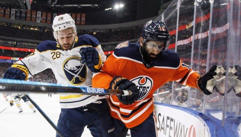 Girgensona 'Sabres' izdara 43 metienus un smagi zaudē 'Oilers'