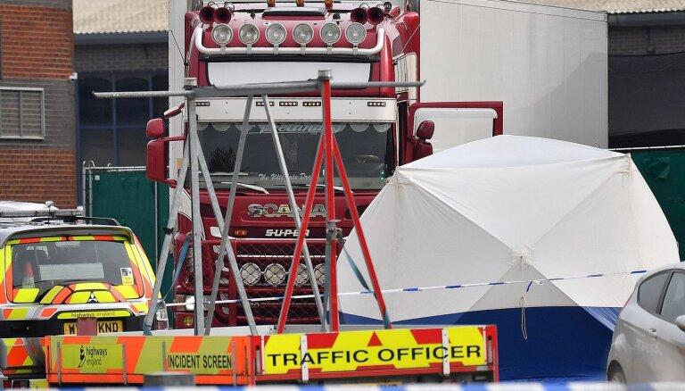Lielbritānijā smagās automašīnas konteinerā atrasti 39 līķi