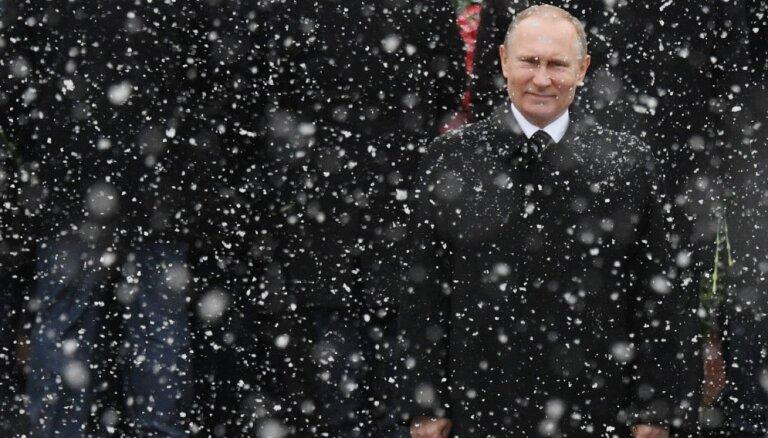 Putina oficiālie ienākumi pērn kritušies uz pusi