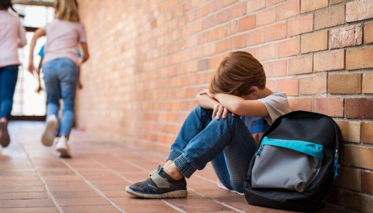 Valodnieki rosina kolēģu vai skolasbiedru veiktu psiholoģisku terorizēšanu saukt par mobingu