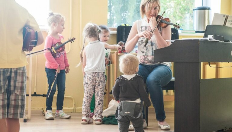 Suzuki jeb dzimtās valodas metode mūzikas apguvē: bez atzīmju likšanas un ikviena bērna spēju pamanīšana