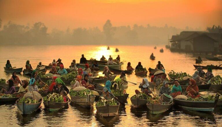 Foto: Iepirkšanās ūdenī – Indonēzijas peldošo tirgu dinamiskā andele