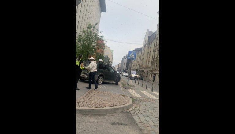 Foto un video: Rīgā no koka noceļ 'aizmukušu' bišu spietu