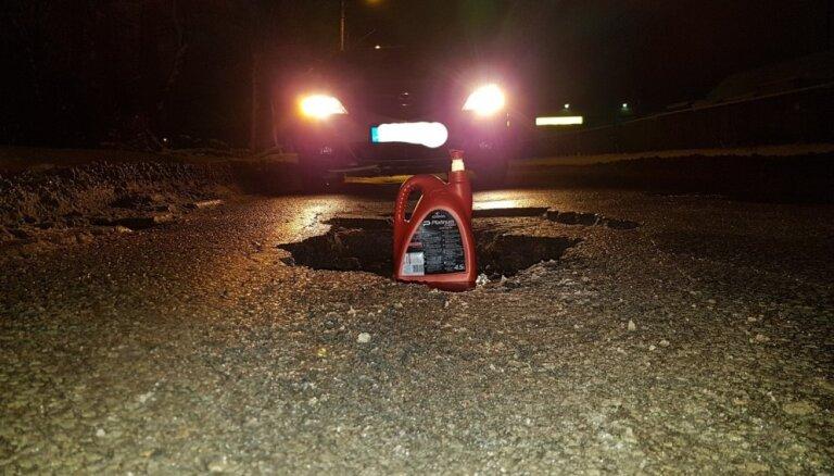 Foto: Aculiecinieks fiksējis bīstamu bedri Braslas ielā