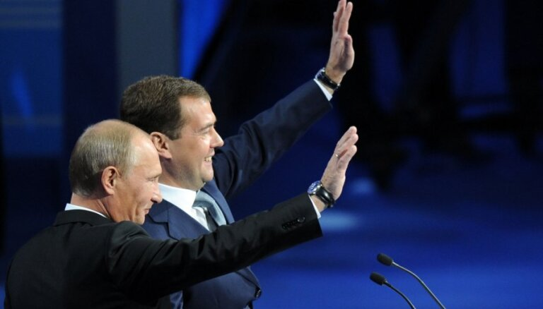 Пресса США: Путин светит лицом, Медведев греет задом