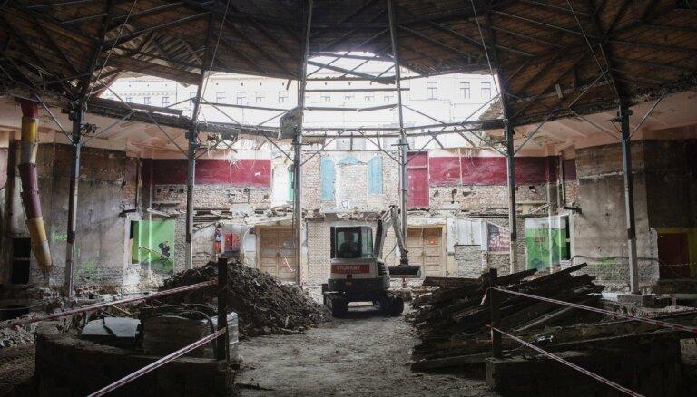 Foto: Rīgas cirkā demontē dažādu laikmetu uzslāņojumus