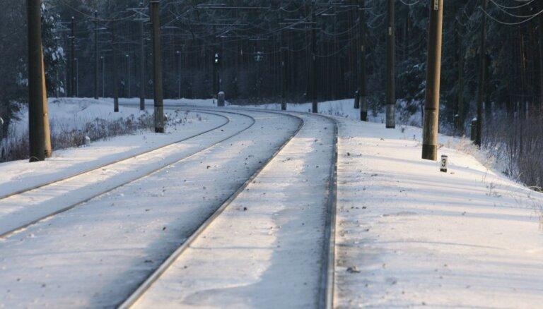 Smārdē automašīnas un pasažieru vilciena sadursmē bojā iet sieviete