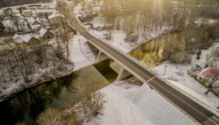 Foto: Rendā pabeigta pārbūve tiltam pār Abavu