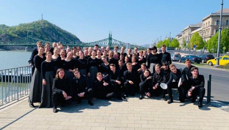 Rīgas Valsts 1. ģimnāzijas jauktais koris 'Frekvence' plūc laurus konkursā Budapeštā