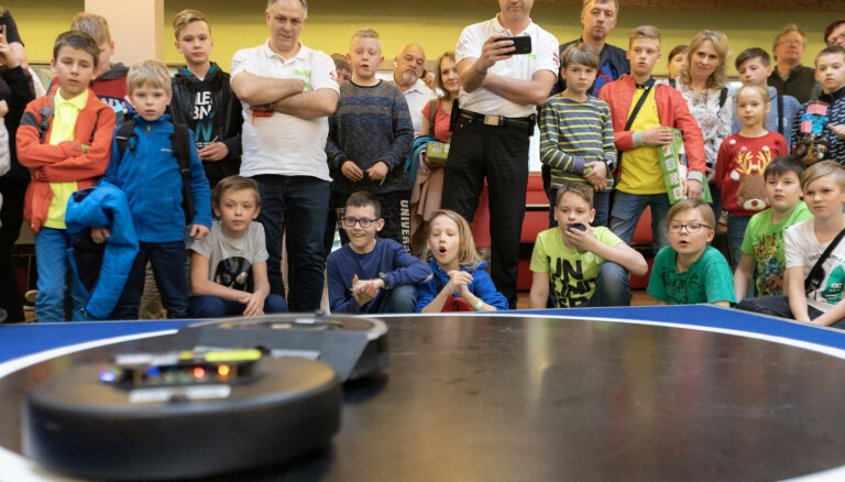 Foto: 300 bērni un jaunieši sacenšas par labākā titulu robotikas čempionātā