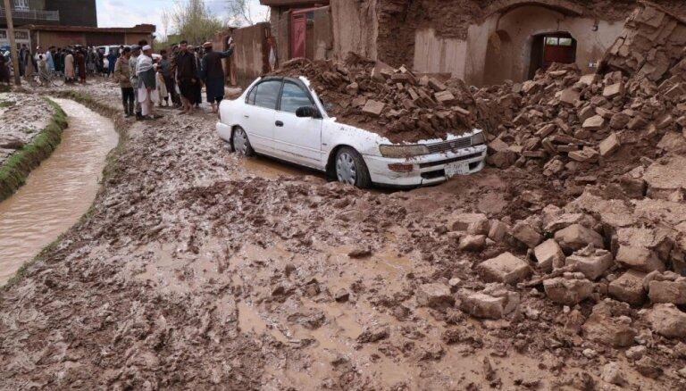 Foto: Plūdi Afganistānā paņēmuši vairāk nekā 32 cilvēku dzīvības