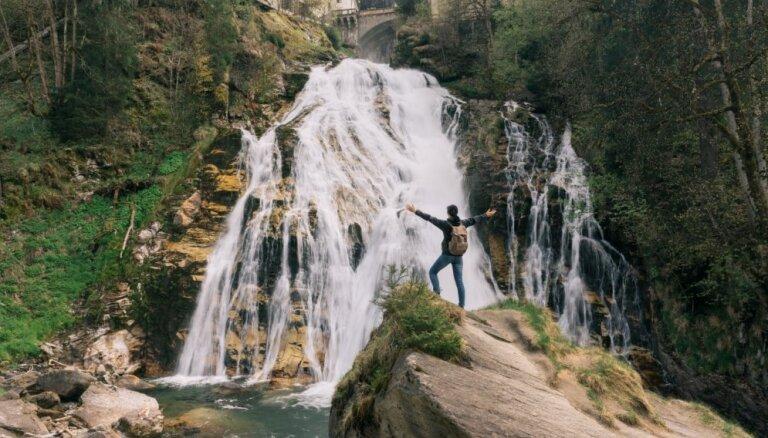 Skaists ūdenskritums Austrijā, kas iekārtojies starp ēku mūriem