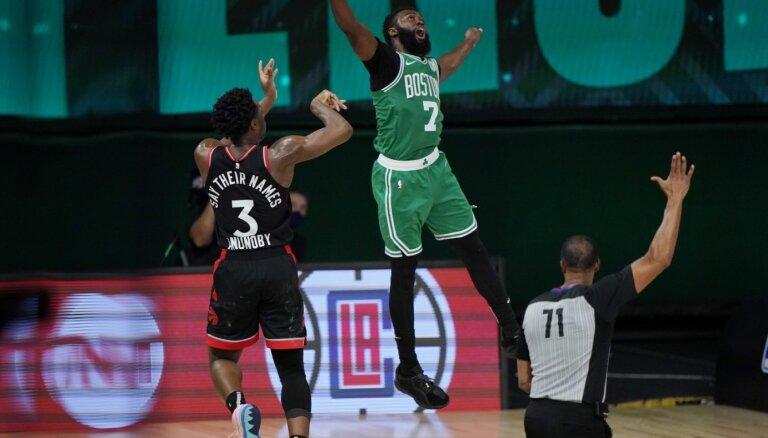 'Raptors' ar metienu pēdējā sekundē pieveic 'Celtics'; 'Clippers' sēriju sāk ar drošu uzvaru