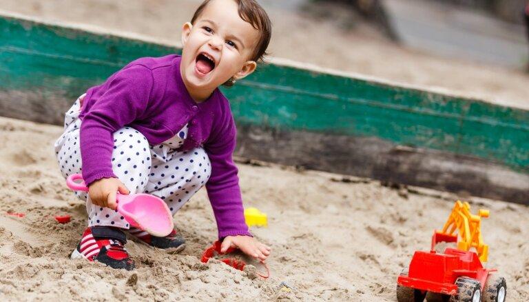 Bērns vasarā: padomu izlase smilšu kastes pētniekiem un mazajiem peldētājiem