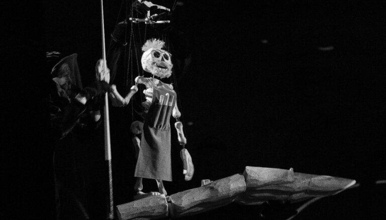 Spēles ar skeletiņiem. Leļļu teātrī iestudēta neparasta versija par Pinokio
