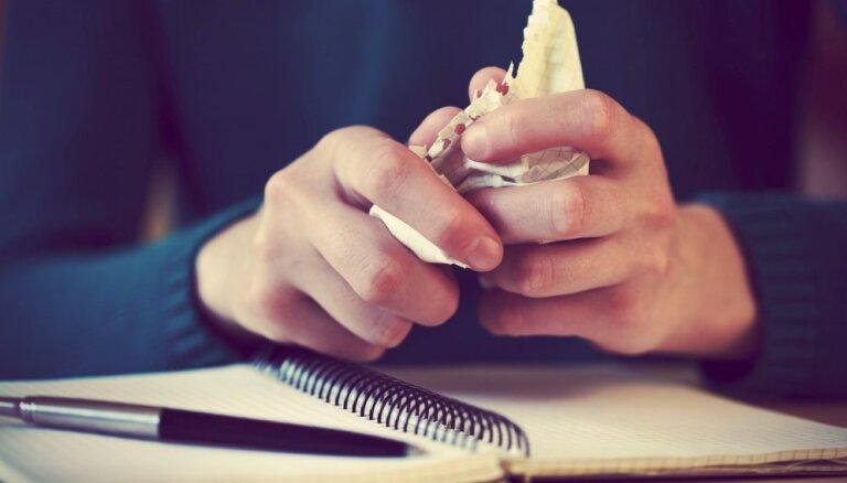 'Dzejnieks var lietot visus vārdus, ko vien grib'. Autore un citi literāti par sašutumu radījušo dzejoli 'ō'