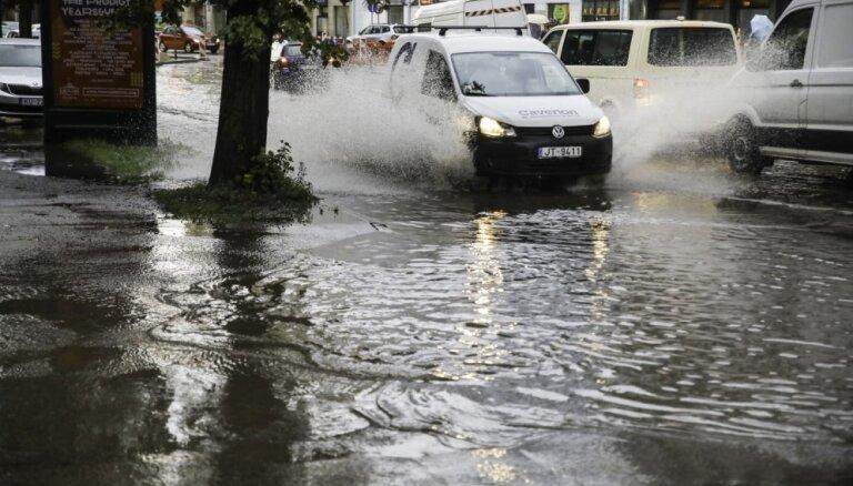Spēcīgais lietus posta Rīgu: applūst ielas un iebuksē satiksme (plkst. 13.02)
