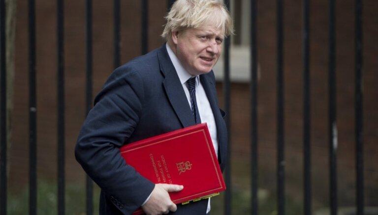 Lielbritānijas karaliene piekrīt parlamenta darba apturēšanai