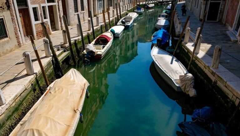Foto: 'Covid-19' dēļ Venēcijas kanālos ūdens kļūst neparasti dzidrs un parādās zivis