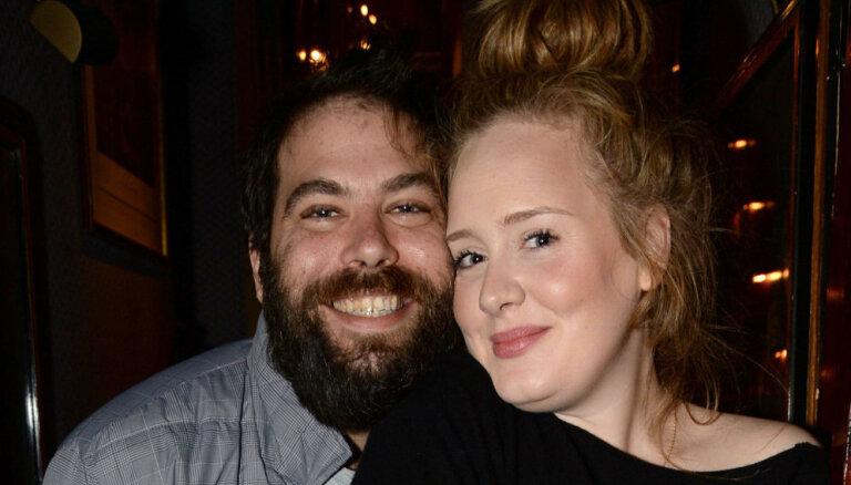 Popzvaigzne Adele pēc trīs gadiem laulībā oficiāli šķiras no vīra