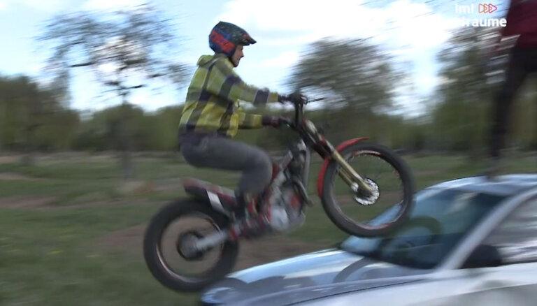 Video: Valdis Melderis ar motociklu brauc pār automobili