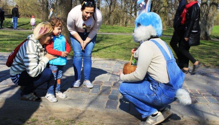Pavasarīgi foto: Lieldienu svinības pie Jelgavas pils