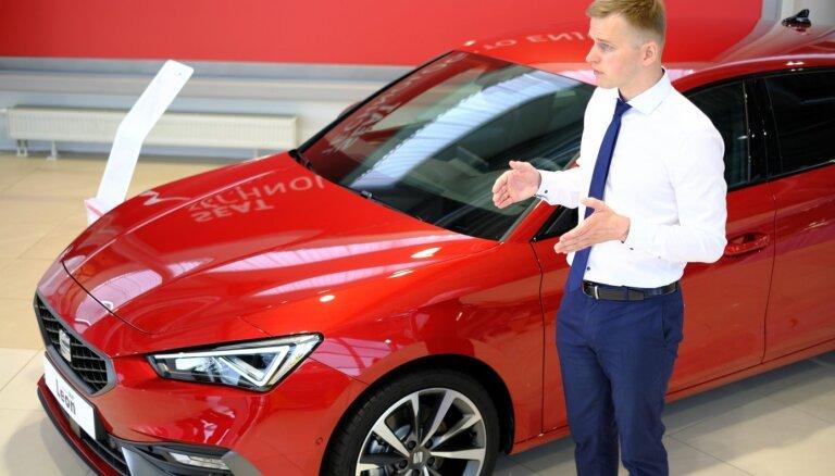 Foto: Pirmā auto prezentācija Latvijā pēc pašizolācijas – jaunais 'SEAT Leon'