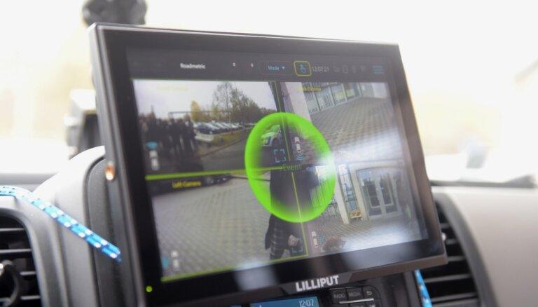 Foto: Policija ar jaunajām 360 grādu kamerām dažu stundu laikā plāno konstatēt līdz 30 pārkāpējus