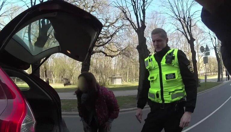 Video: Policisti Rīgas centrā palīdz autovadītājai, kuras mašīnai beigusies degviela